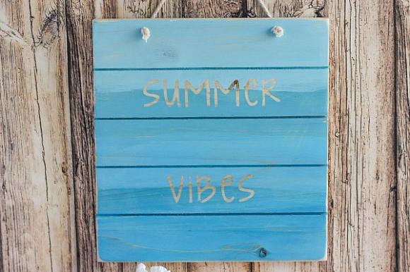 DIY summer vibes wood pallet sign (via decoart.com)