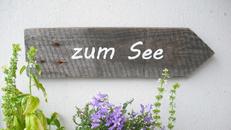 DIY arrow 'To the Sea' sign (via nur-noch.com)