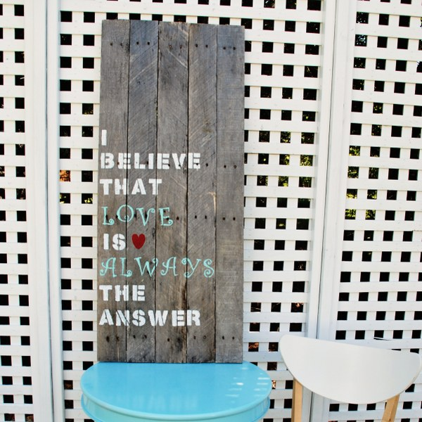 DIY pallet art with stenciled letters (via www.mysocalledcraftylife.com)