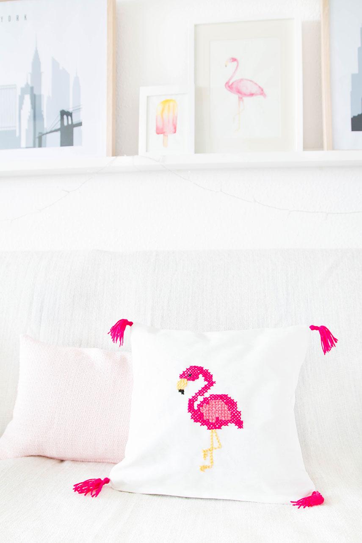 DIY pink flamingo stitched pillow (via www.arstextura.de)