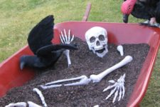03 a skeleton and a black raven in your garden is a simple decoration that will take you just a couple of minutes