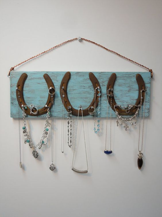 26 rustic horseshoe home d cor ideas shelterness for Room decor jewelry holder