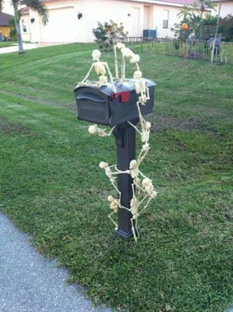 28 Scary Outdoor Halloween Décor Ideas  Shelterness ~ 222911_Halloween Decorating Ideas For Mailboxes