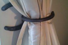 21 horseshoe curtain holder
