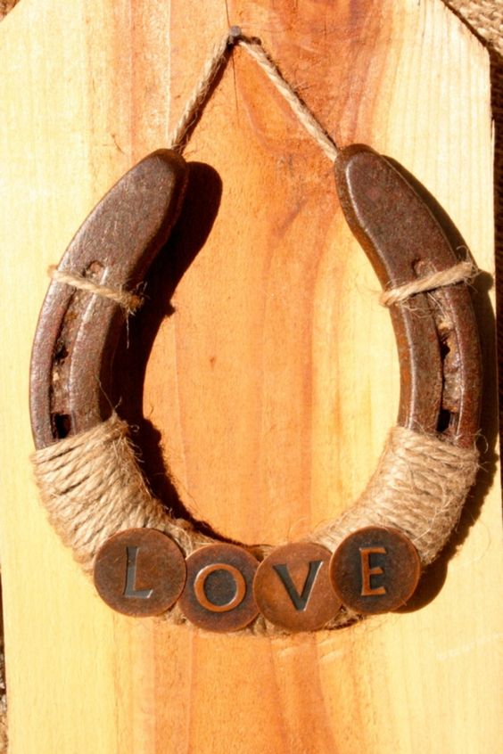 horseshoe deocration with twine can be used instead of a wreath