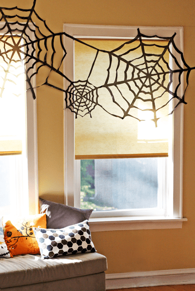 DIY trash bag Halloween spiderweb (via howaboutorange.blogspot.ru)