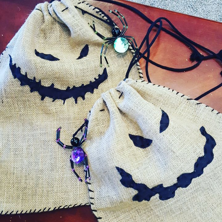 DIY burlap trick or treat bags for Halloween (via mamasmiths.com)