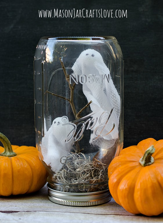 DIY ghosts in mason jars (via masonjarcraftslove.com)