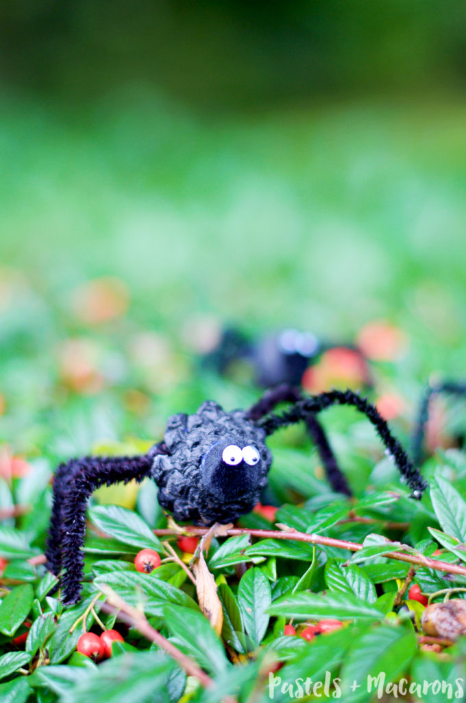 DIY pipe cleaner and pinecone spiders (via www.pastelsandmacarons.com)