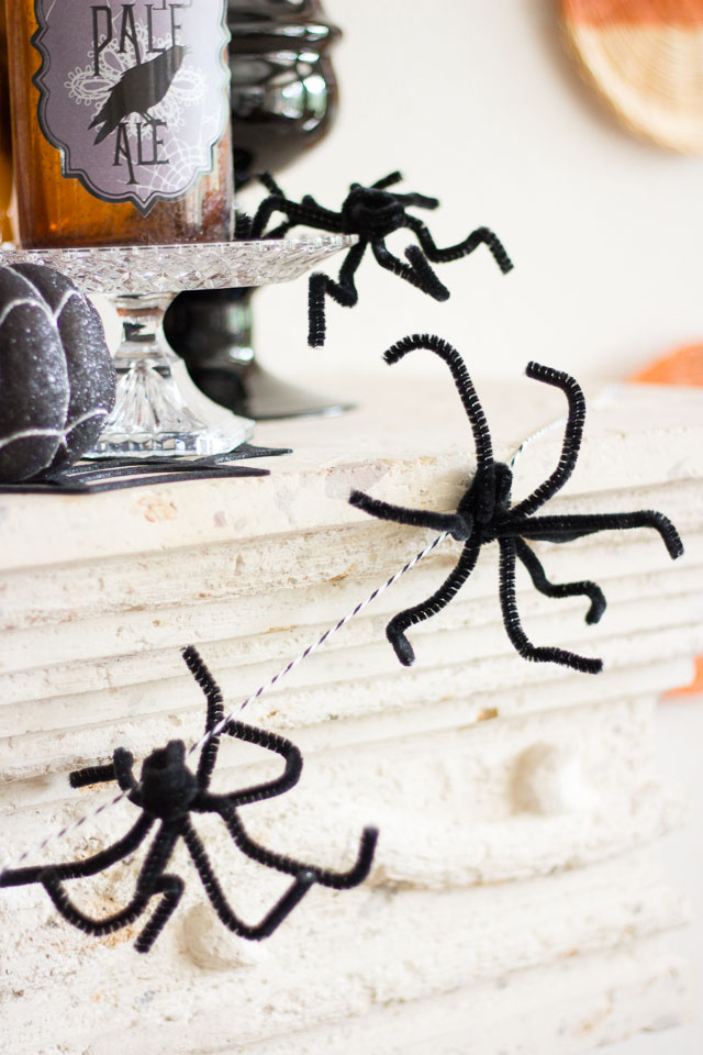 DIY Halloween pipe cleaner spider garland looking like a real one (via www.designimprovised.com)