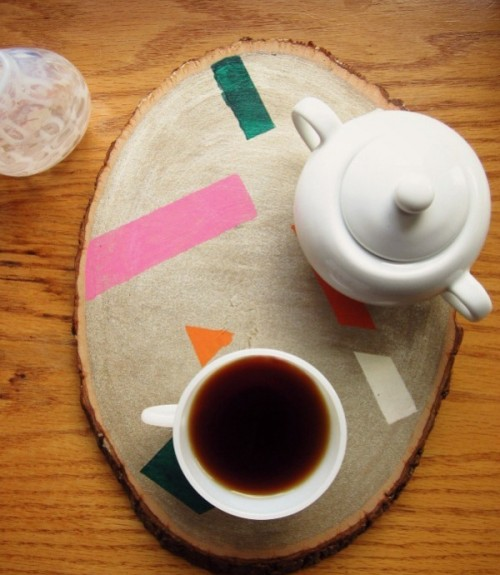 DIY painted wood slice tray (via www.shelterness.com)