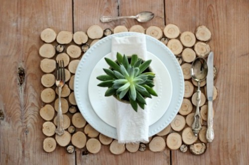 DIY sliced birch branch placemat (via www.shelterness.com)