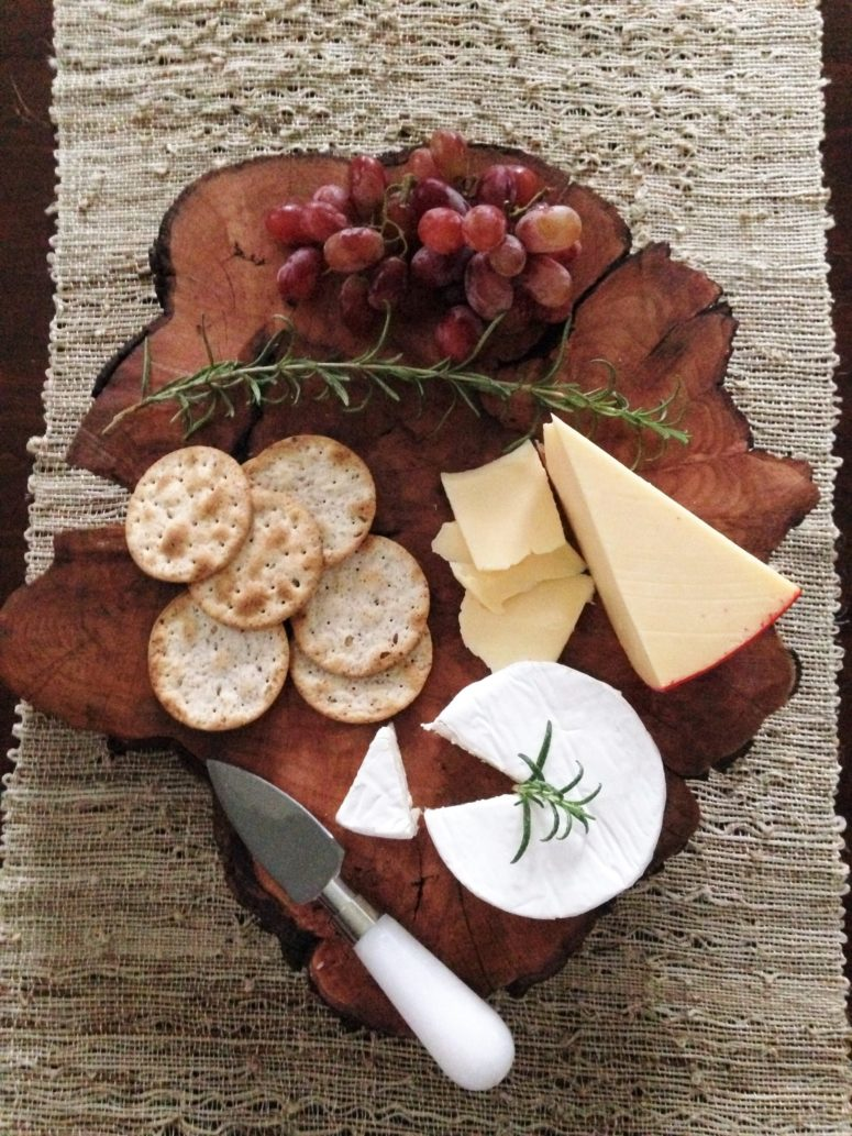 DIY wood slice serving board for parties (via www.smalltownrambler.com)