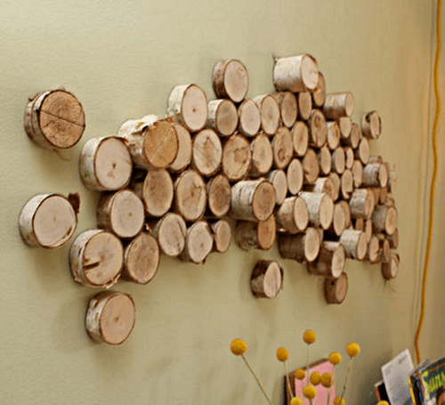 DIY wood slice artwork on the wall (via www.shelterness.com)