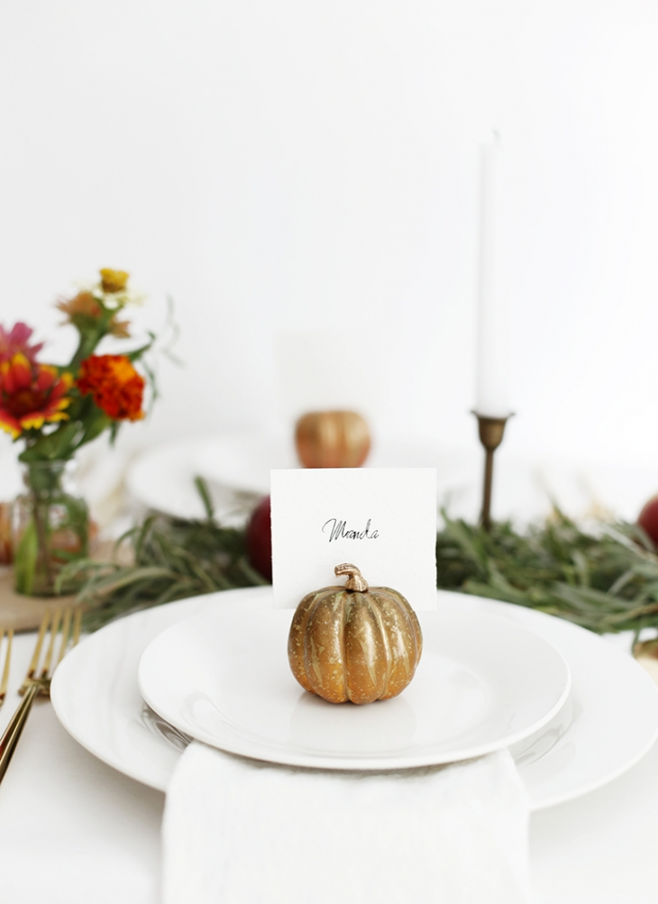 DIY pumpkin place cards (via themerrythought.com)