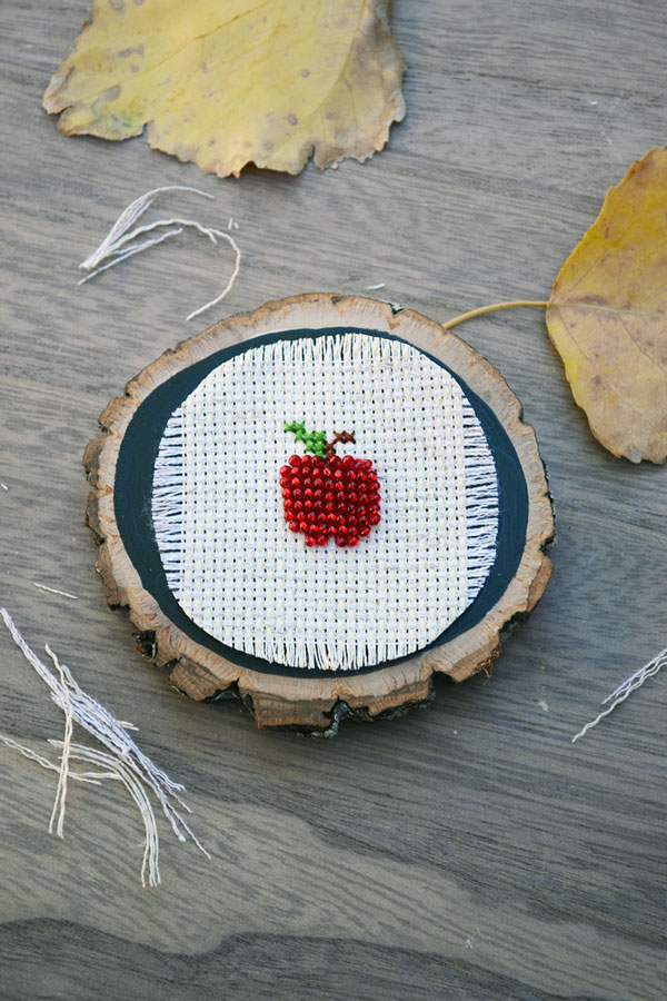 DIY beaded cross stitch apple craft (via www.storypiece.net)