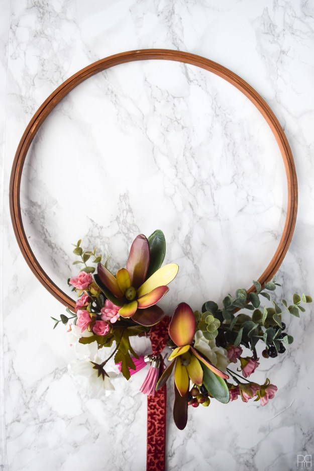 DIY moody modern fall wreath (via www.pmqfortwo.com)
