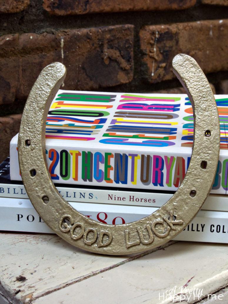 DIY gold horseshoe decoration using spray paint (via aprettyhappyhome.com)