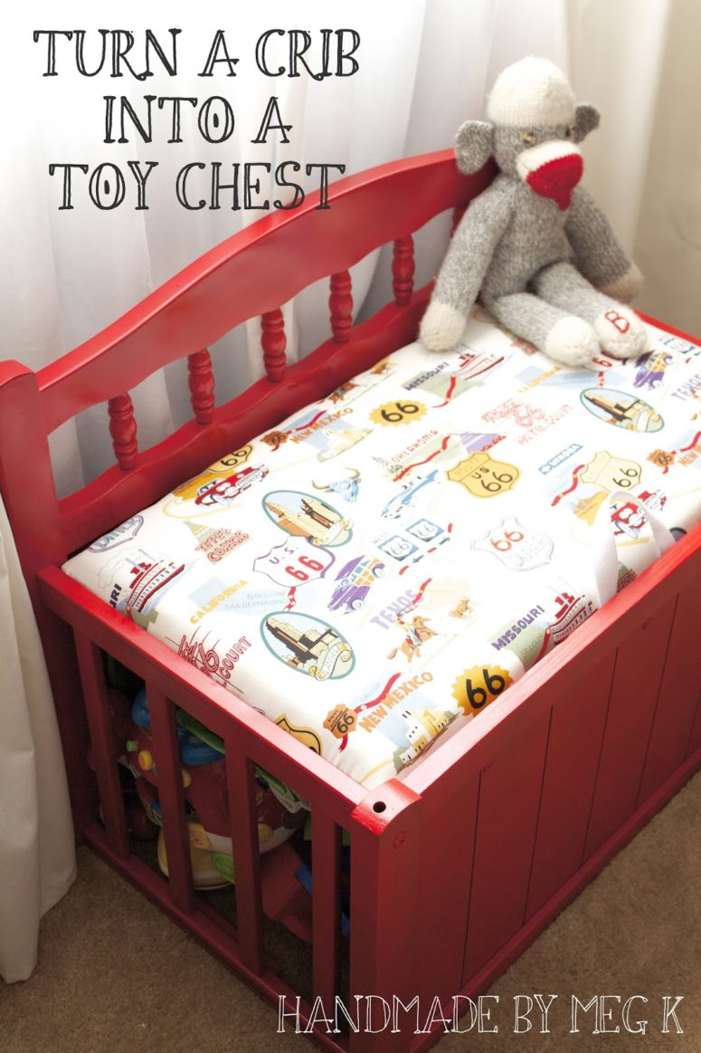 DIY upholstered toy chest of an old crib (via handmadebymegk.blogspot.ru)