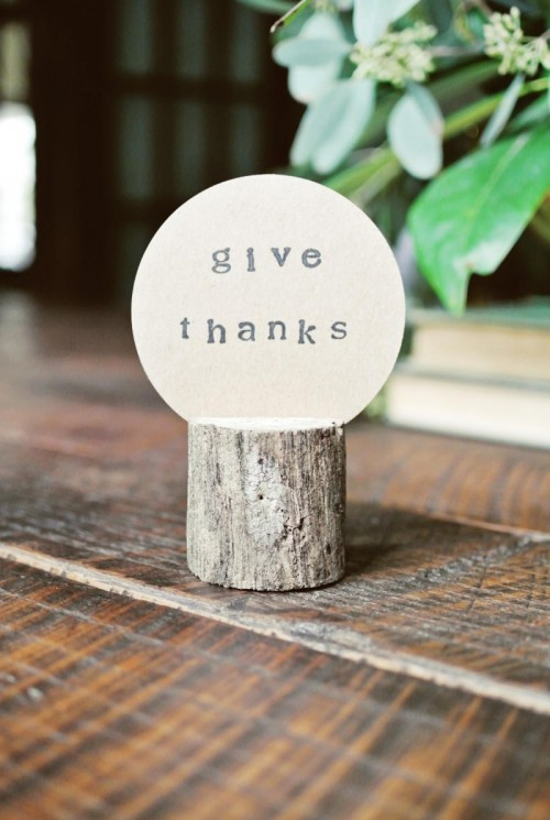 DIY log place card holders for every party and occasion (via www.shelterness.com)