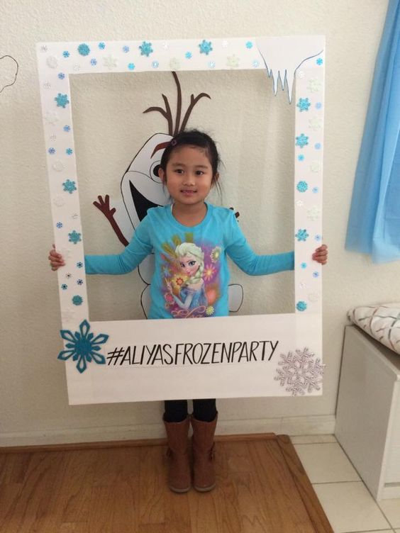DIY photo frame for a Frozen party