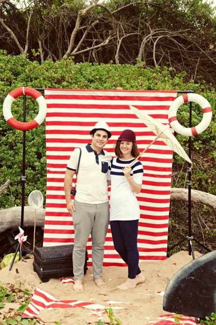 easy nautical photo booth made of a usual sheet and lifesavers
