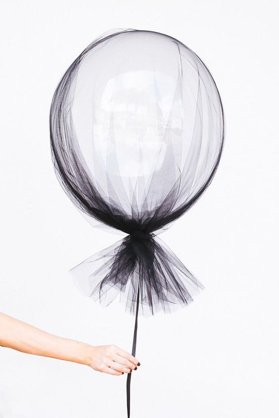 26 timeless black and white party ideas shelterness for Balloon nets for centerpieces