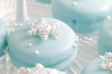 18 elegant Frozen cookies topped with snowflakes