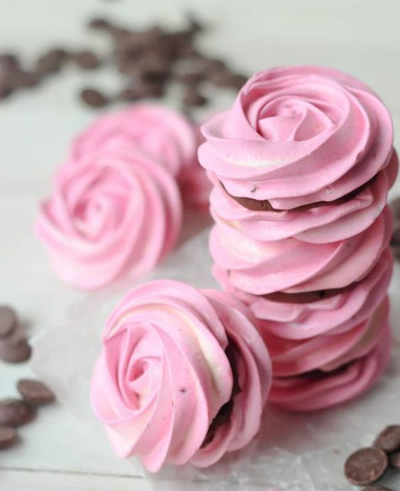rose-shaped meringues with chocolate