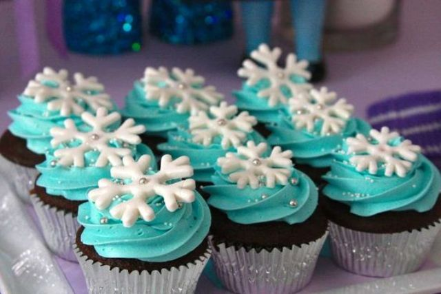 snowflake topped cupcakes at a Frozen girl birthday party