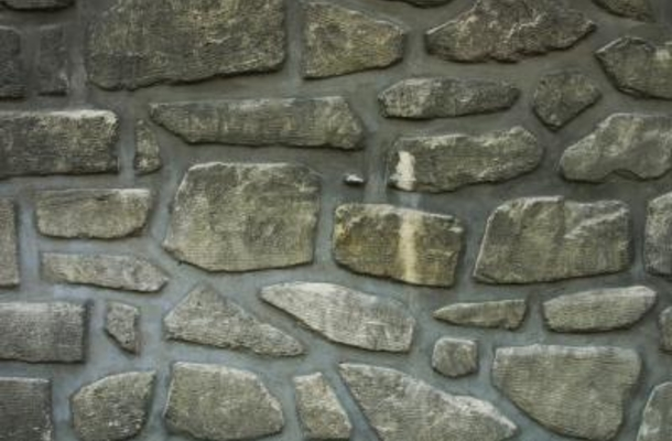 DIY faux stone on sheetrock walls for Tuscan style (via www.geeksonhome.com)
