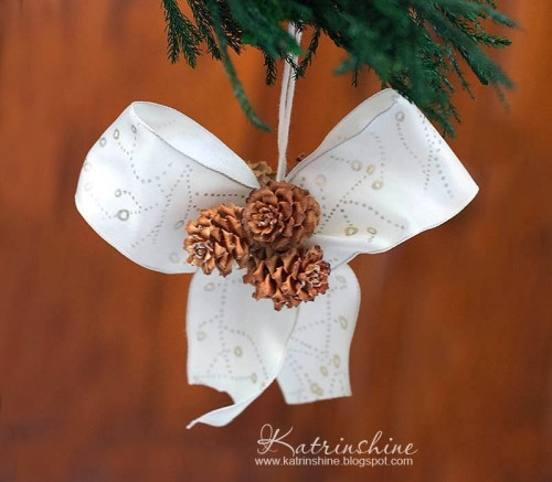 DIY Christmas bow with pinecones decoration (via www.shelterness.com)