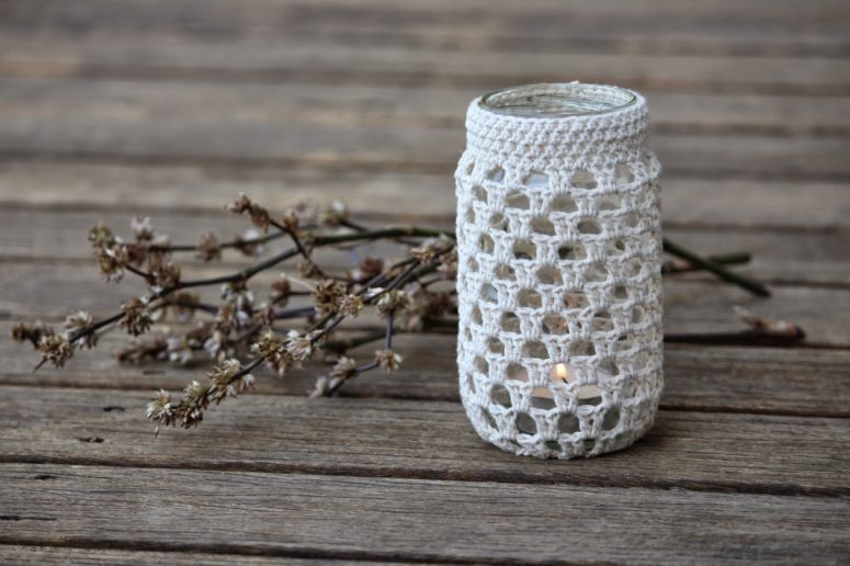 DIY crochet jar cozy with a pattern (via www.edwardandlilly.com)