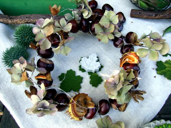 DIY chic fall-inspired chestnut wreath with a citrus aroma (via www.meriseimorion.de)