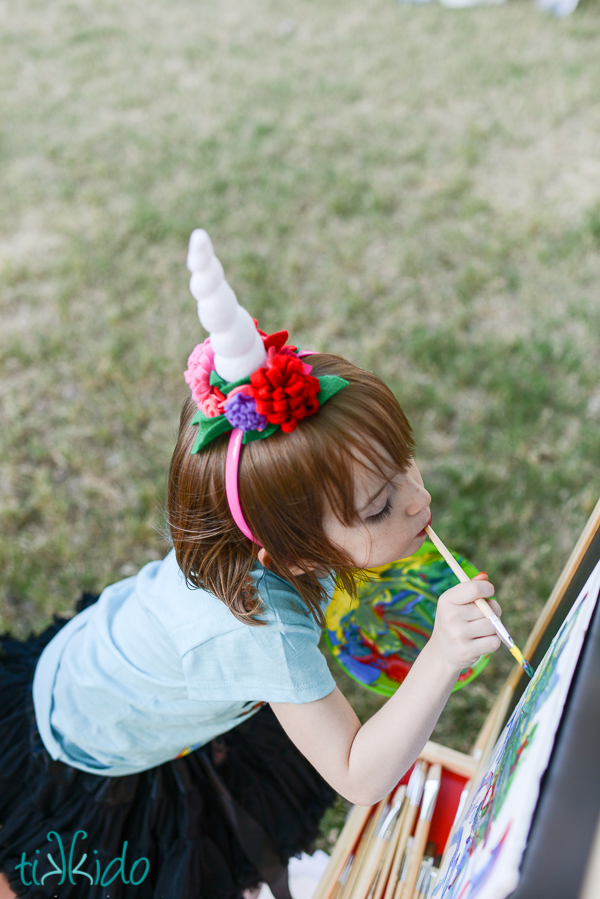 DIY felt unicorn horns for kids' parties (via tikkido.com)