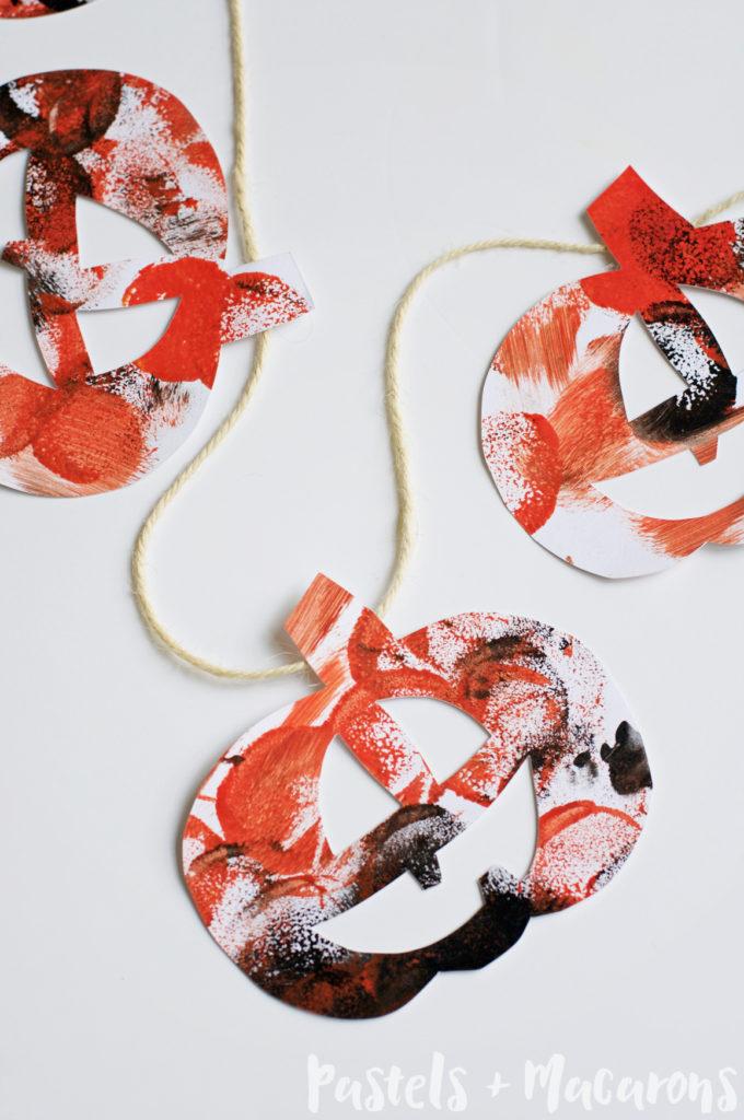 DIY paper jack-o-lantern garland (via www.pastelsandmacarons.com)