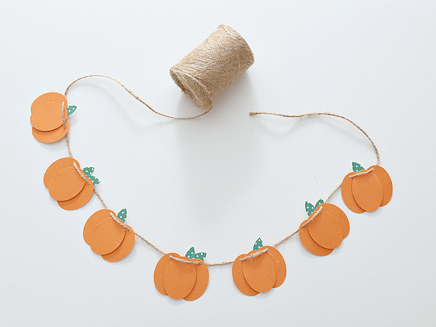 DIY 3D fall pumpkin garland of colored paper (via www.whitehousecrafts.net)