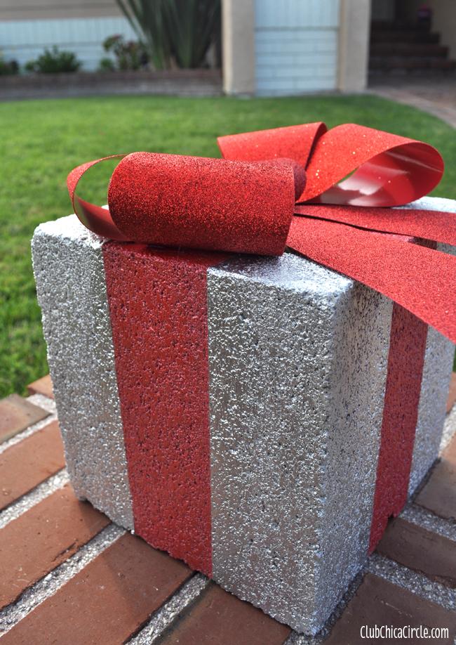 DIY holiday gift box for Christmas outdoor decor (via club.chicacircle.com)