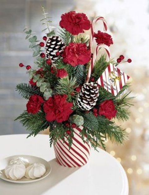 20 chic christmas flower arrangements shelterness for Poinsettia arrangements