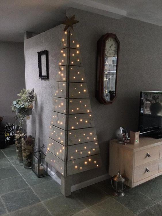 palette d'angle avec une seule lumière d'arbre de Noël