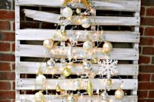 06 a whitewashed pallet with metallic ornaments that form a tree