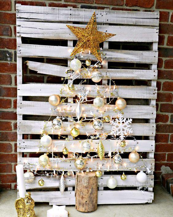 une palette blanche avec des ornements métalliques formant un arbre