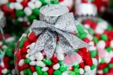 08 Christmas-colored candies will be a great filling for a clear ornament