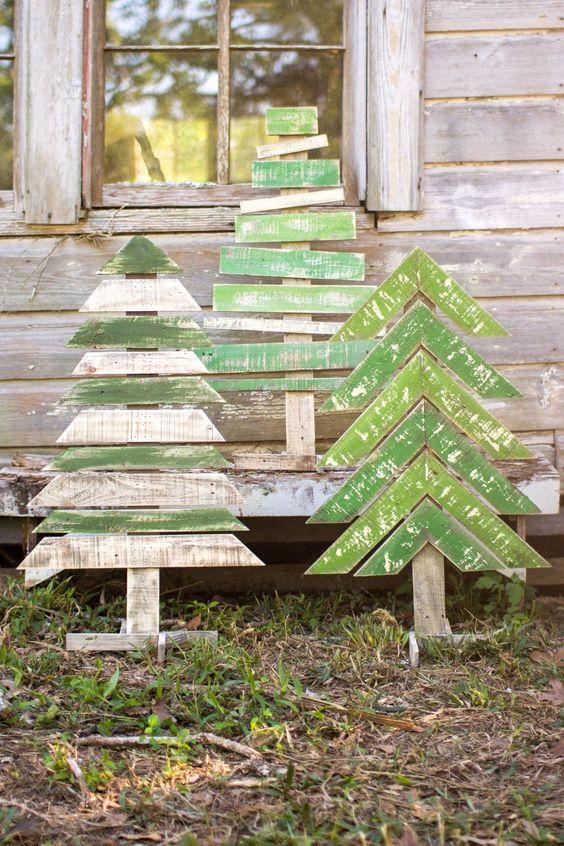 Arbres de Noël sans vergogne avec des parties horizontales et des chevrons