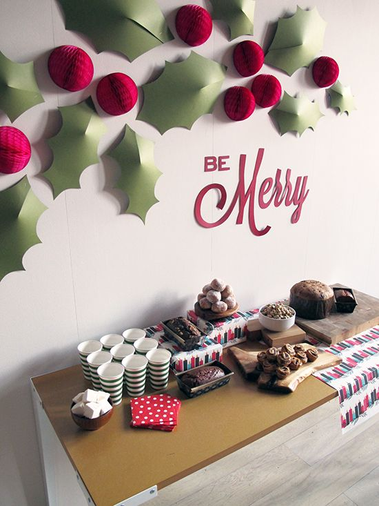 22 simple holly berry christmas d cor ideas shelterness - Christmas wall decorations ...