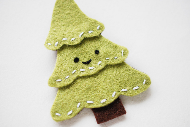 DIY felt Christmas tree pin (via wildolive.blogspot.ru)