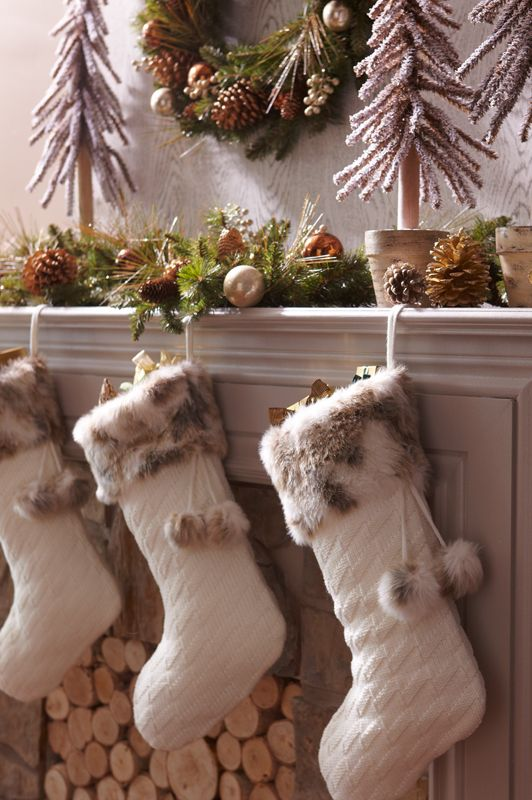 24 Cozy Faux Fur Christmas Décor Ideas - Shelterness