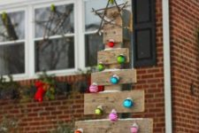 19 rustic pallet wood tree with colorful ornaments for outdoors