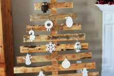23 rustic pallet tree with white paper ornaments
