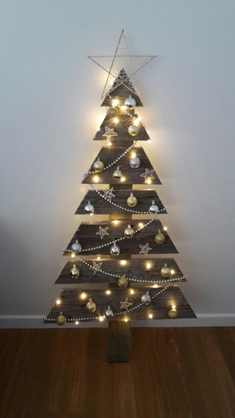 regular pallet Christmas tree with ornaments and lights